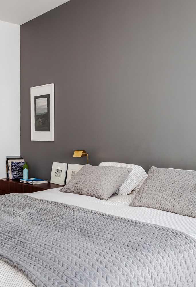 Pinte apenas uma parede na cor cinza para destacar o ambiente.