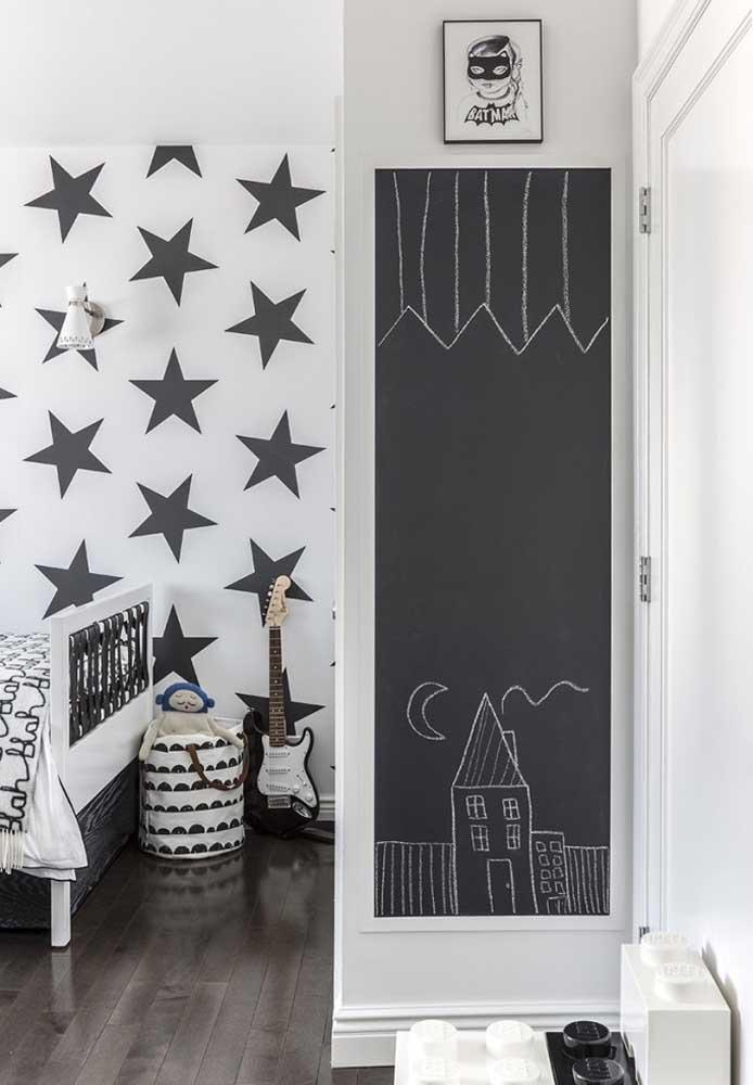 Pintar a parede no formato de quadro negro é perfeita para fazer as crianças exercitarem a criatividade.