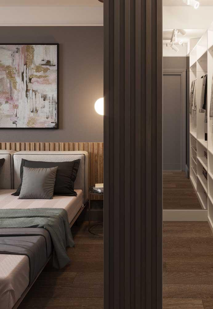 O quarto cinza e rosa fica ainda mais charmoso com móveis de madeira.