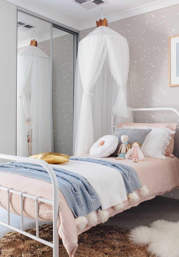 Olha que quarto mais fofo decorado nos tons de cinza e rosa.