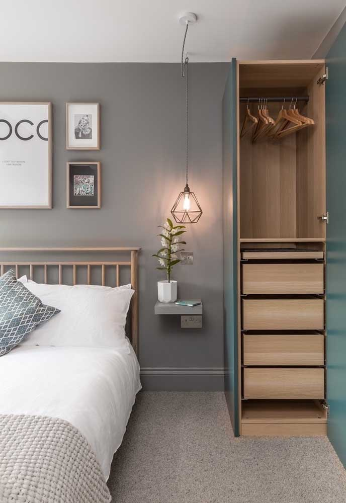Aposte em móveis de madeira na hora de decorar o quarto cinza.