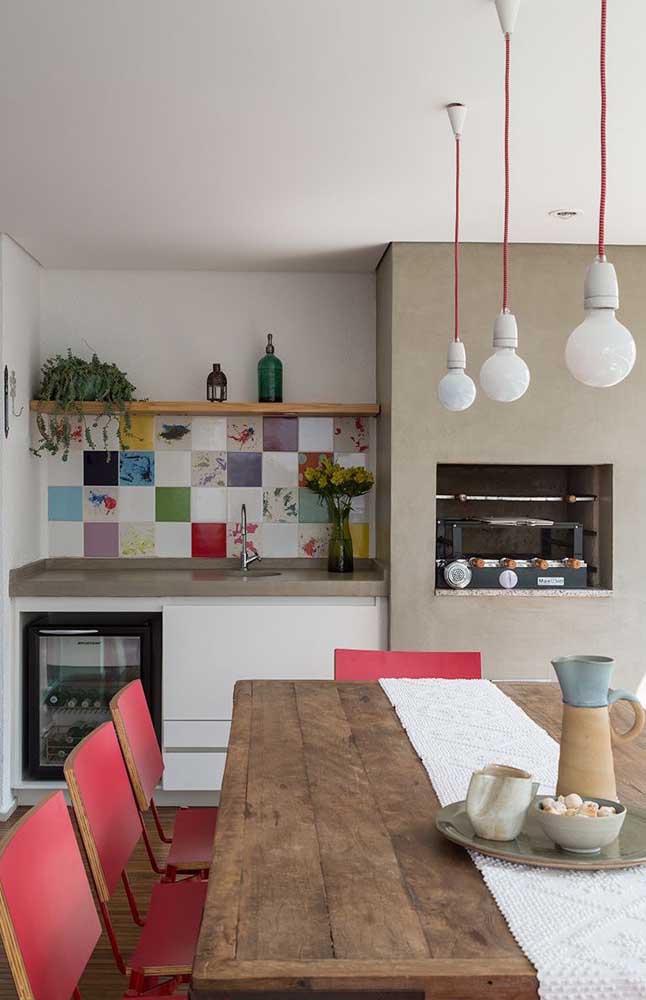 Cimento queimado e granito foram as escolhas de revestimento para a churrasqueira desse espaço gourmet