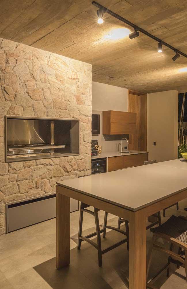 O revestimento de pedras para a churrasqueira ficou incrível nesse espaço gourmet