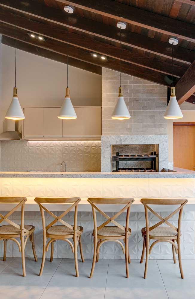 Granito e tijolinhos de cerâmica para revestir a churrasqueira de alvenaria