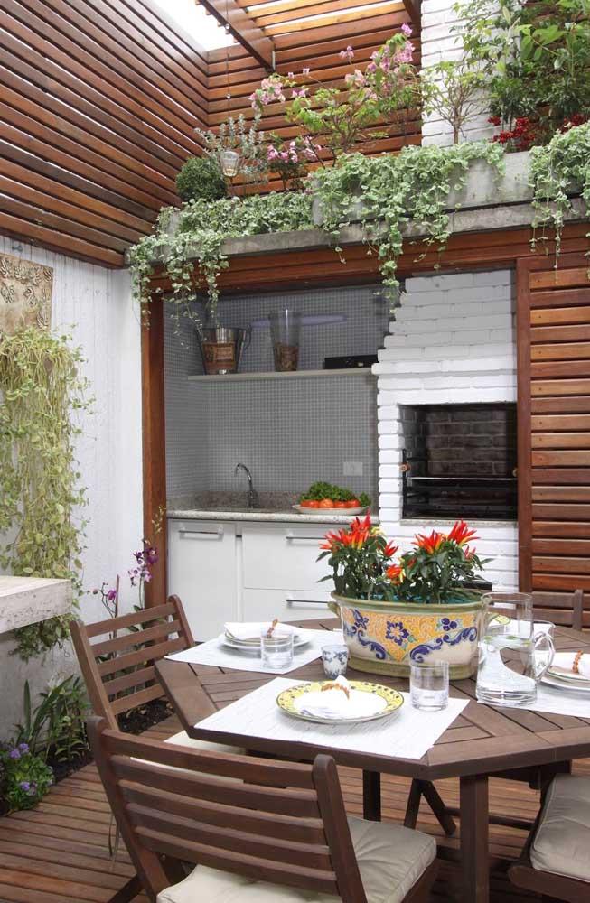 Já aqui, os tijolinhos foram pintados de branco para destacar a churrasqueira dentro do espaço gourmet