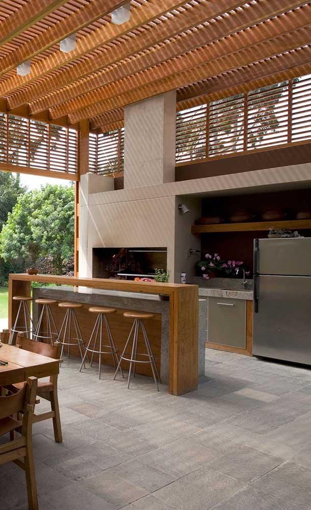 Churrasqueira grande de alvenaria para combinar com o estilo do ambiente