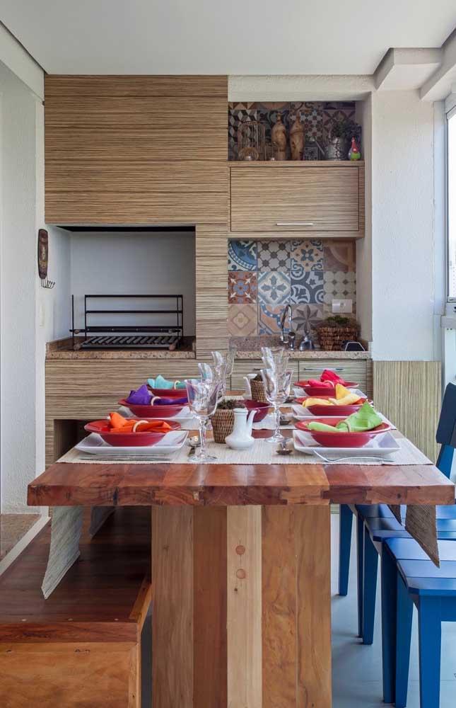 Revestimento em madeira para a churrasqueira na varanda gourmet