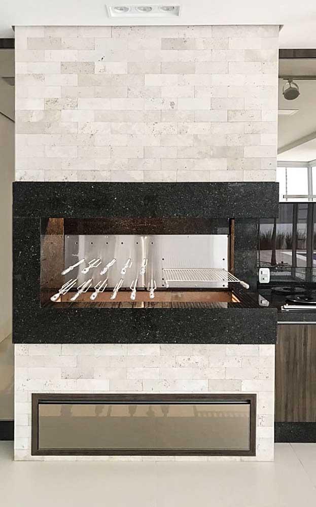Para revestir a churrasqueira neste espaço foram escolhidos o granito e os tijolos em tons mais claros