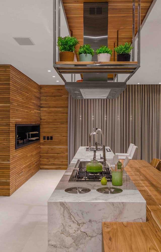 Churrasqueira revestida com madeira: muita classe e estilo na área gourmet