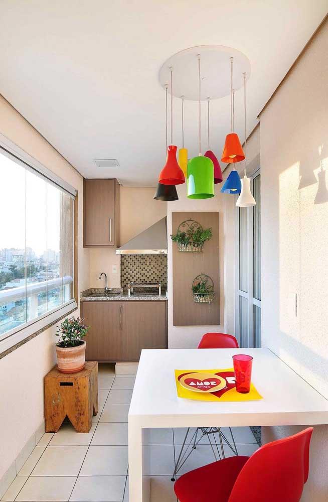 A pequena varanda gourmet desse apartamento optou por uma churrasqueira revestida com pastilhas