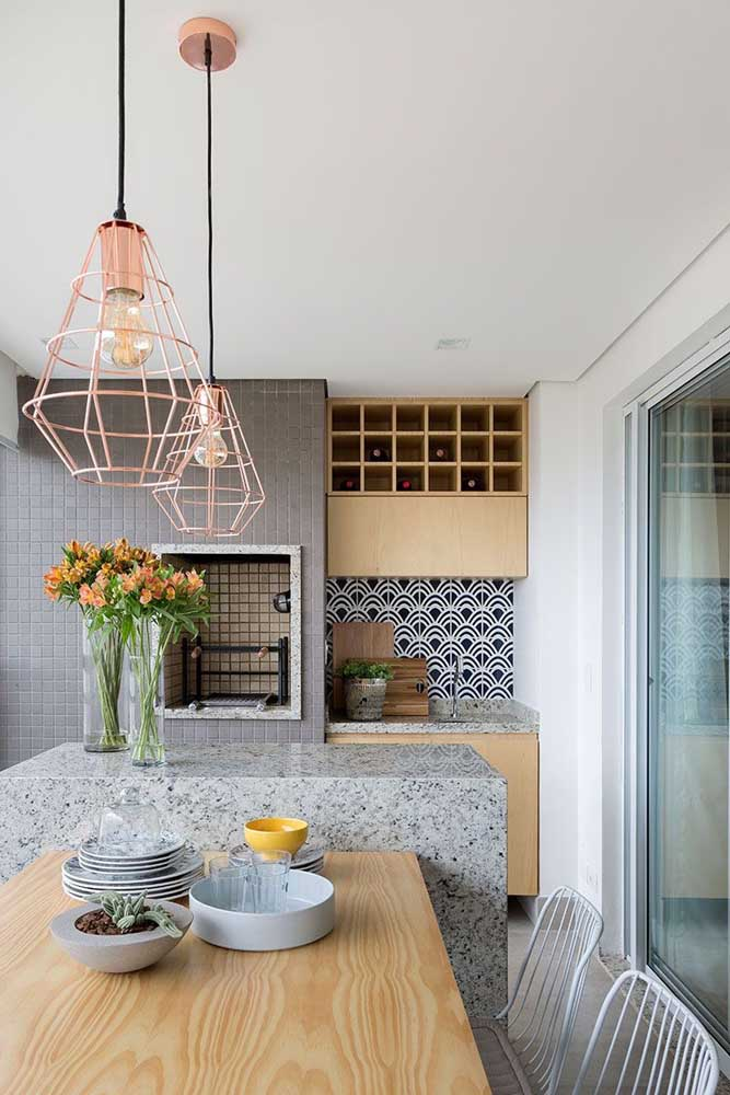 Ambiente gourmet com design moderno e churrasqueira revestida internamente com pastilhas de vidro