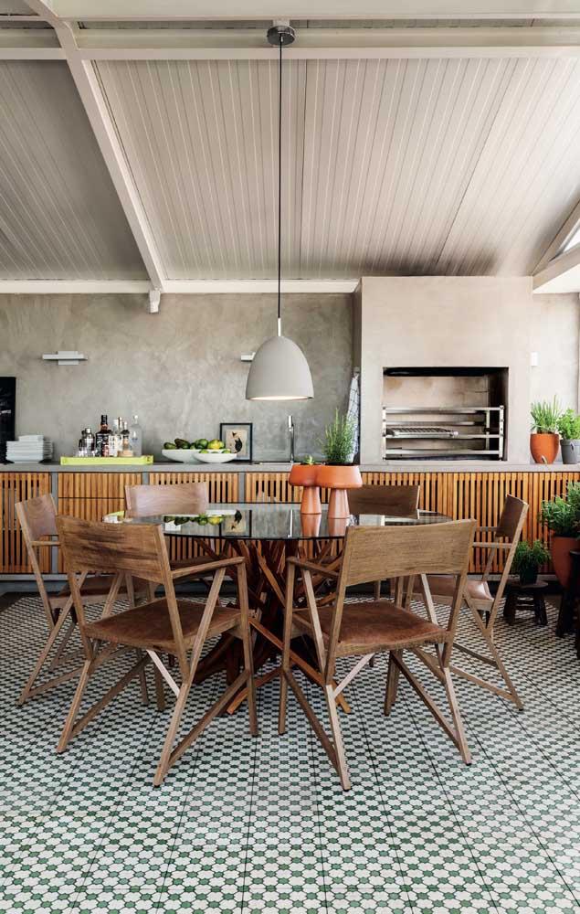 O espaço perfeito para receber a família ficou ainda mais bonito com a churrasqueira revestida com cimento queimado