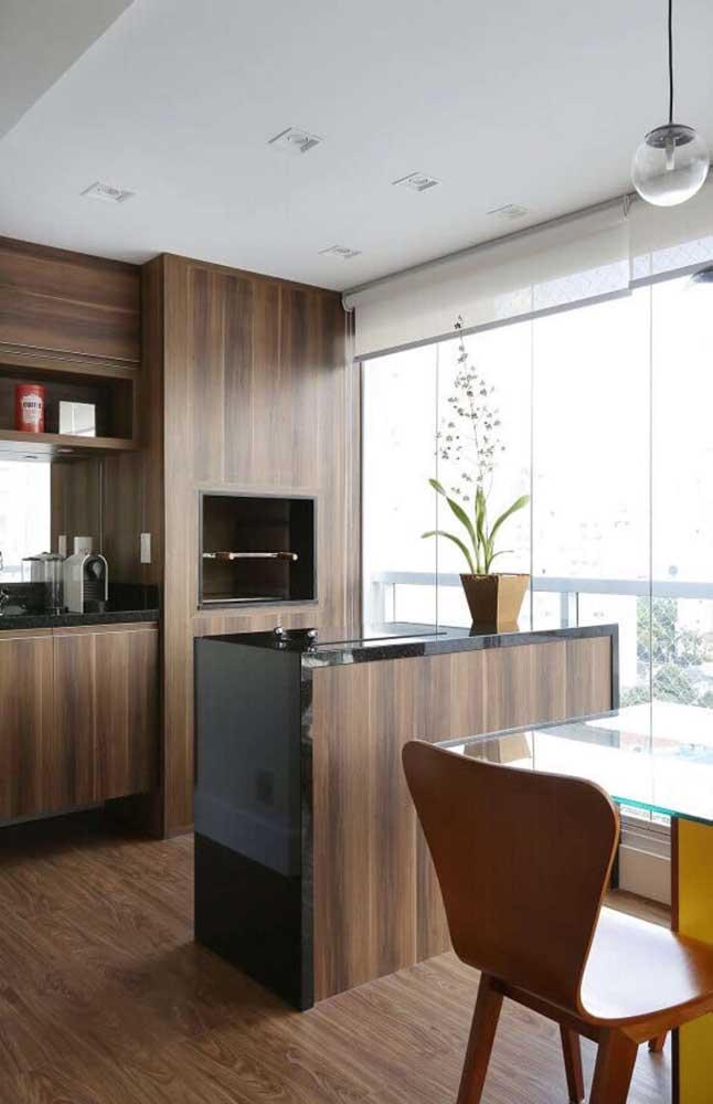 Os painéis de madeira da churrasqueira deram um ar elegante e confortável para o espaço gourmet