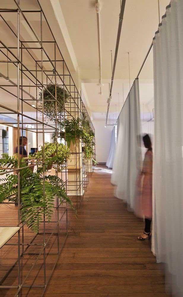 O ambiente em estilo industrial ficou mais acolhedor e convidativo com a presença das samambaias