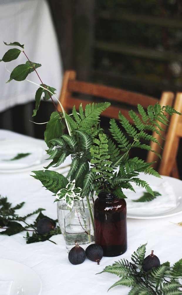 Folhinhas de samambaia na decoração das mesas da festa; outra opção muito recorrente de uso da planta