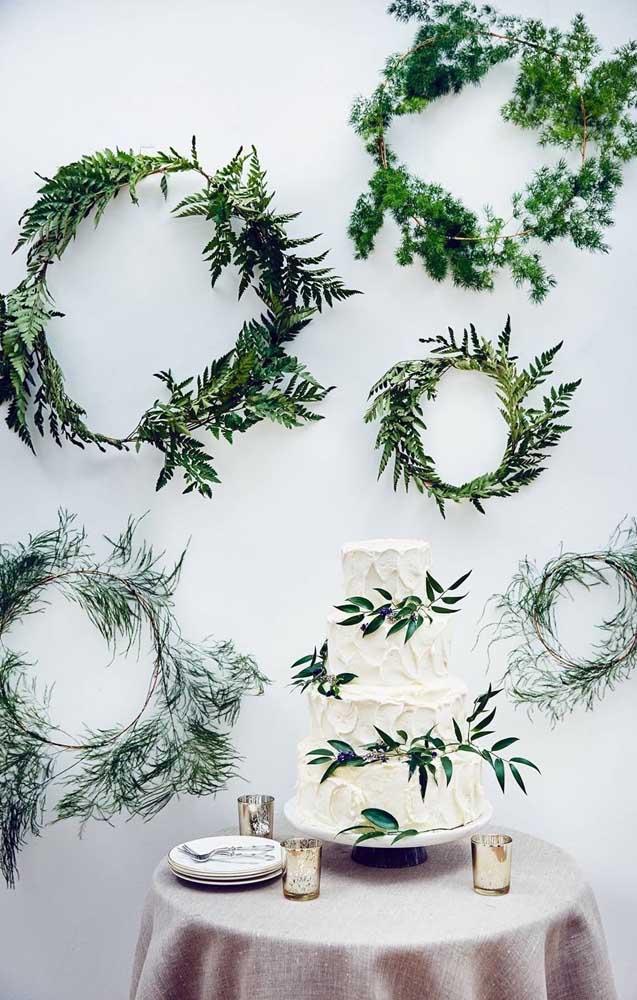 Outra forma de usar a samambaia na decoração de casamento é fazendo um arco verde com as folhas da planta