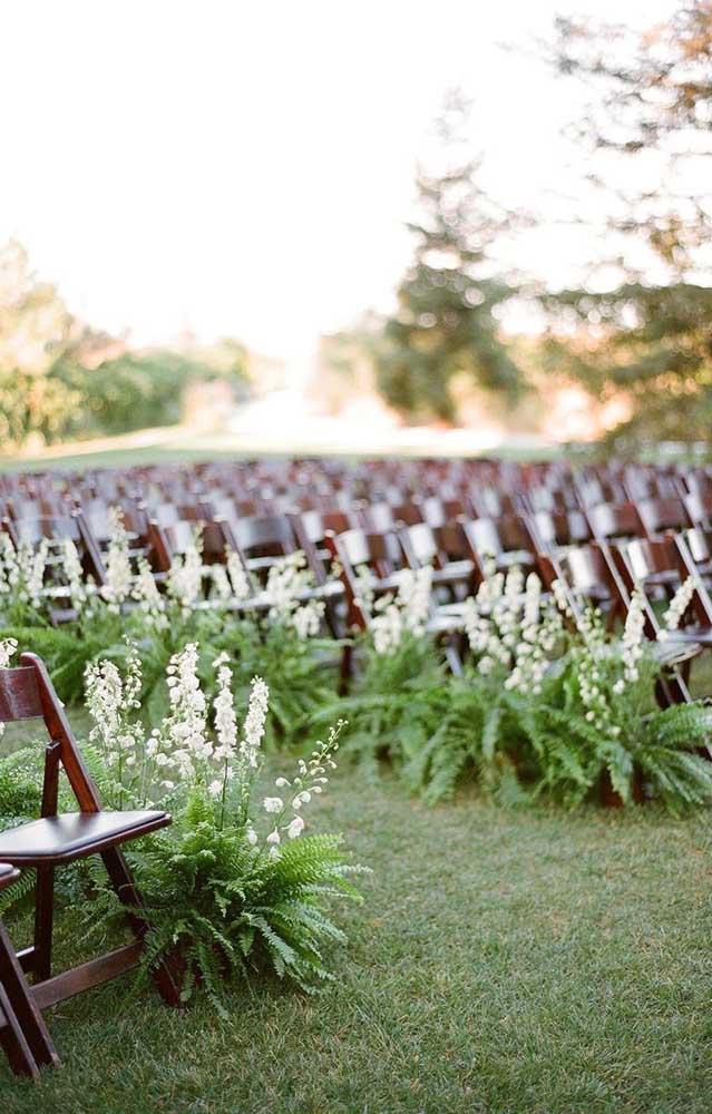 Que linda decoração de casamento feita com samambaias; aqui, elas conduzem os noivos até o altar