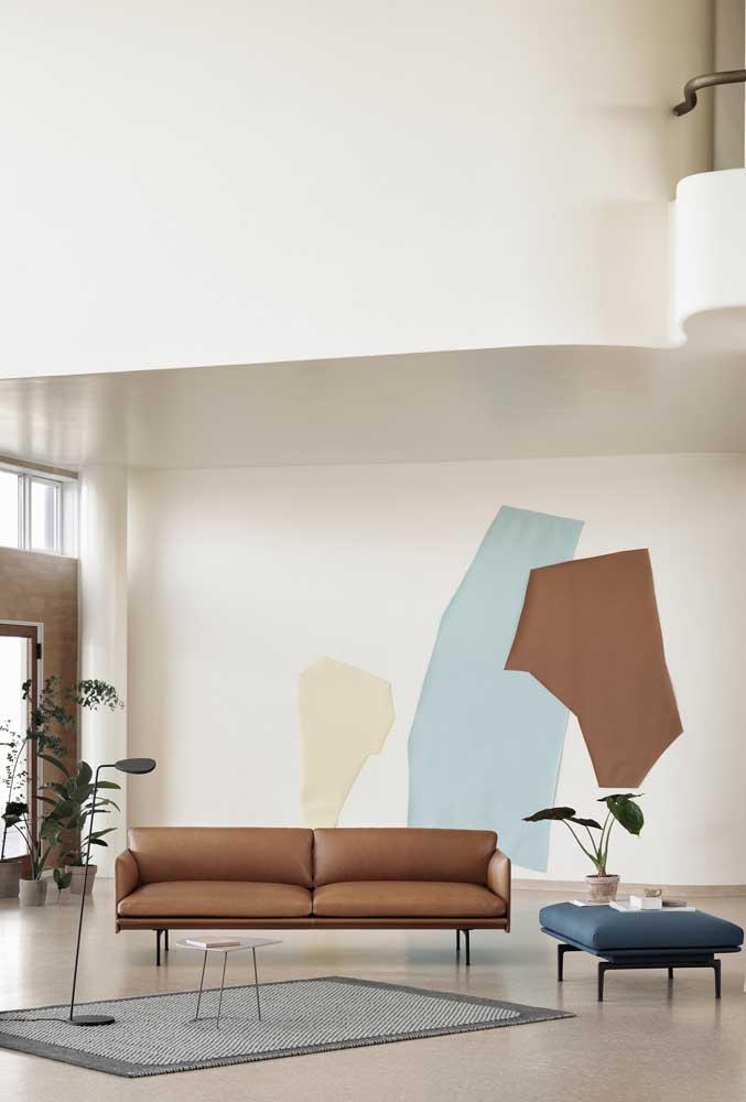 A sala moderna de tendência minimalista apostou em um sofá de traços simples, mas visualmente impactante