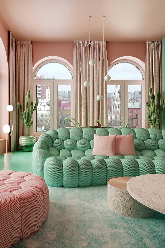 Uma inspiração de sofá contemporâneo e descontraída em cores bem inusitadas