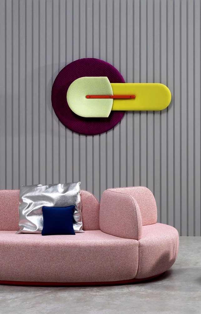 Já essa sala cheia de personalidade conta com um sofá rosa de configuração diferenciada
