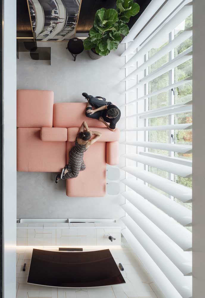 Sofá moderno rosa com opção de assento dos dois lados