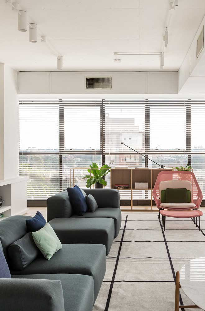 Moderno, sóbrio e elegante: é o que se espera de um sofá cinza de linhas retas