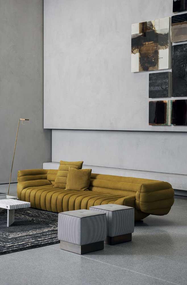 Sofá moderno super confortável em um tom de mostarda, ideal para quem deseja colocar a peça como destaque do ambiente
