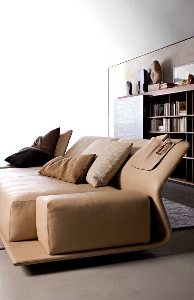 Modelo super moderno de sofá reclinável; repare no encosto fininho que se ajusta conforme a necessidade da pessoa
