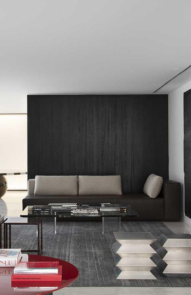 Sofá marrom de couro; outro tipo clássico de sofá em uma leitura moderna e atual