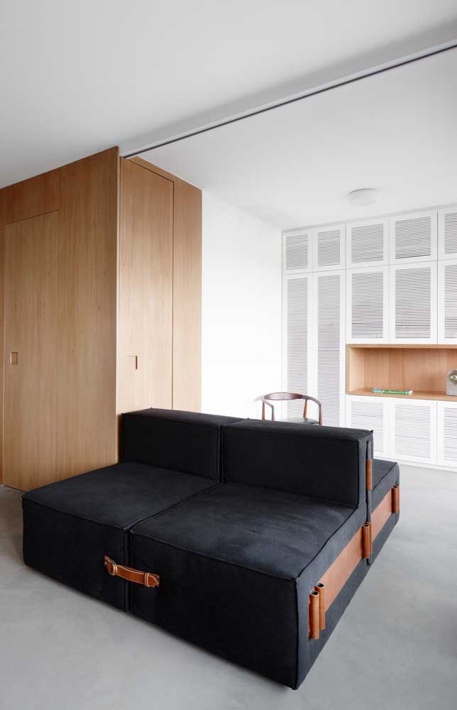 Que linda inspiração de sofá moderno preto com detalhes em tiras de couro