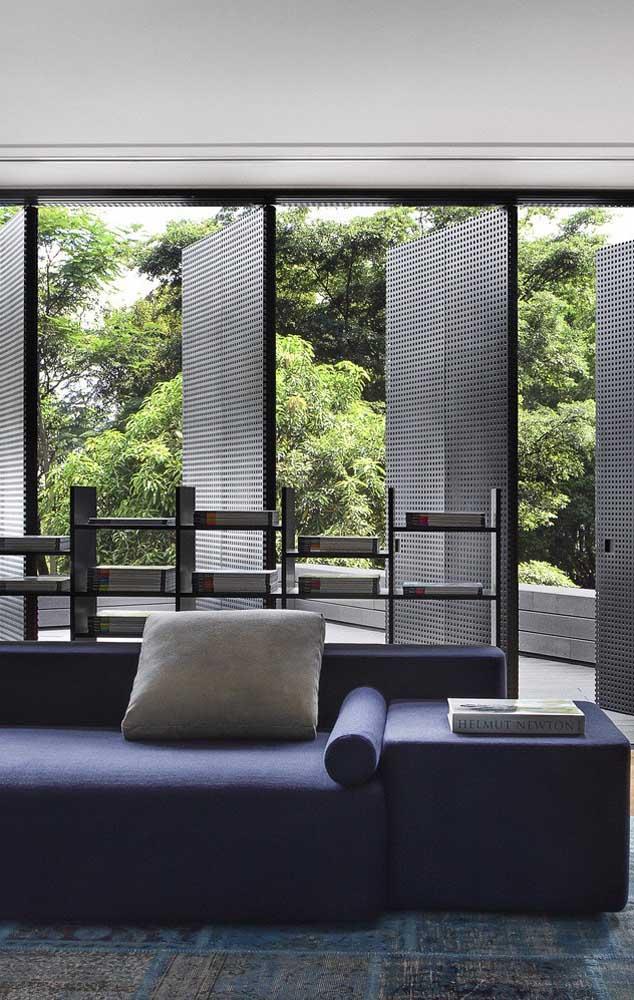 O sofá azul marinho é outra forte tendência de decoração; aposte nele para criar um ambiente elegante e moderno