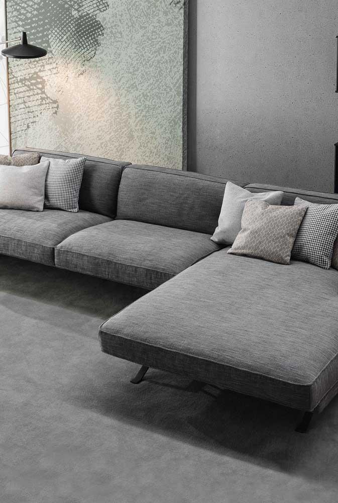 O charme atemporal do cinza marca esse modelo de sofá moderno com chaise