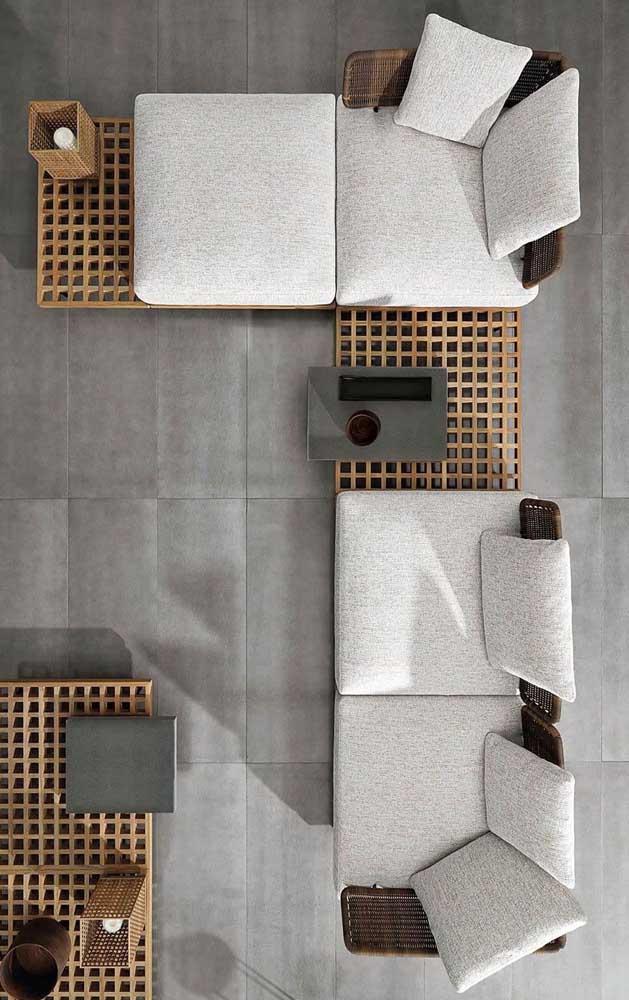 Sofá modulado moderno intercalado com peças de madeira