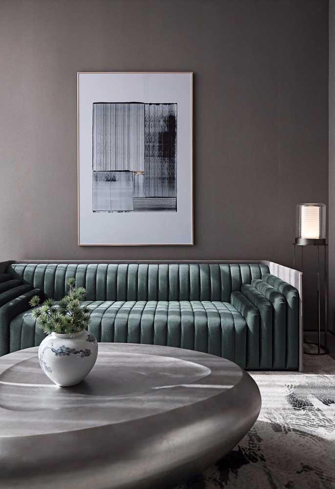 """Sofá moderno com um formato bem diferente em """"gominhos""""; o tom de verde escuro garante a elegância da peça"""