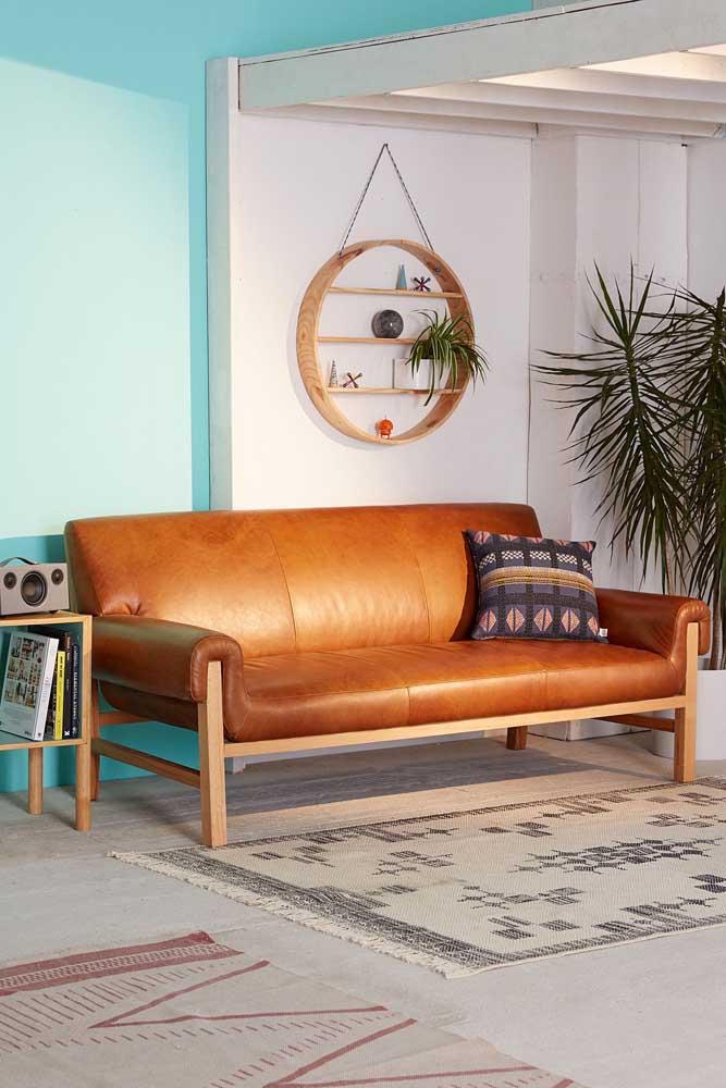 Um lindo modelo de sofá de couro moderno para decorar a sala de estar jovem e descontraída