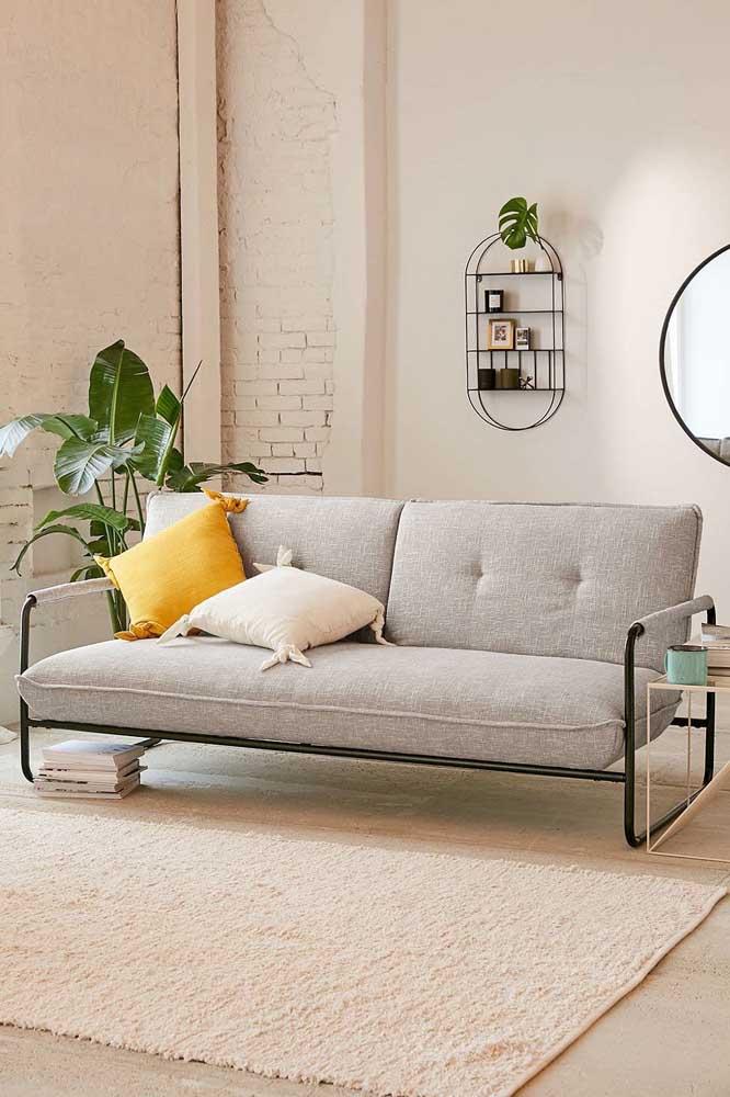Um sofá moderno, pequeno, simples, mas que sabe como ninguém ocupar o seu espaço dentro da sala de estar