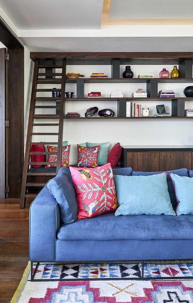 A base de ferro garante um toque ainda mais moderno a esse sofá azul