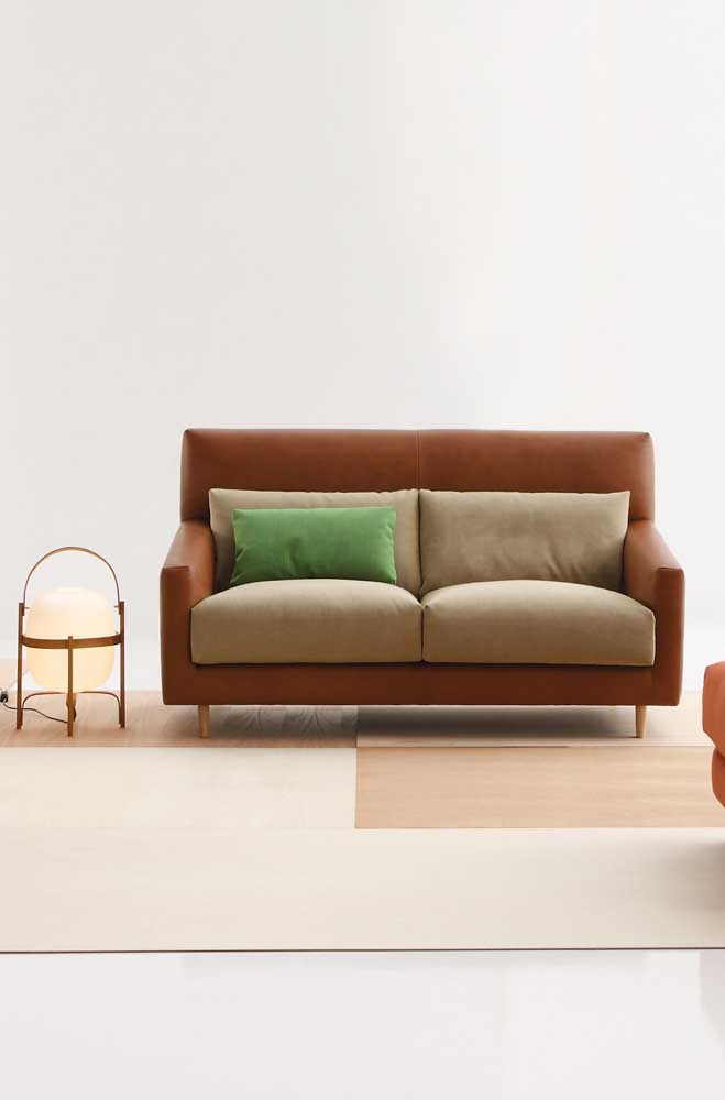 Inspiração de sofá moderno de couro com opção de almofadas soltas no encosto na mesma cor do assento