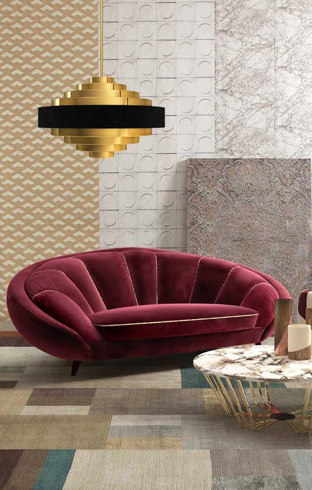Sofá contemporâneo de veludo em formato redondo; opção certeira para espaços modernos com um toque de glamour