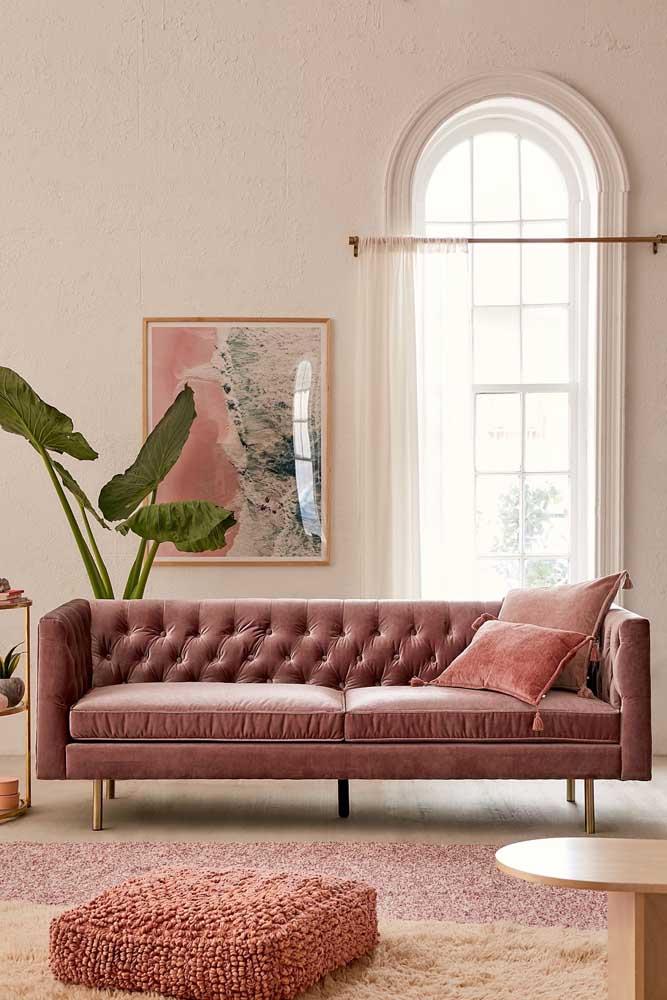 Encantador esse sofá rosa moderno de linhas retas com detalhes em capitonê trazendo um certo toque de romantismo a peça