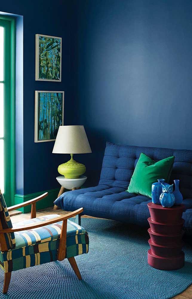 Sofá com jeito de futton, puro conforto na sala de estar; repare que a cor do sofá se funde a cor da parede