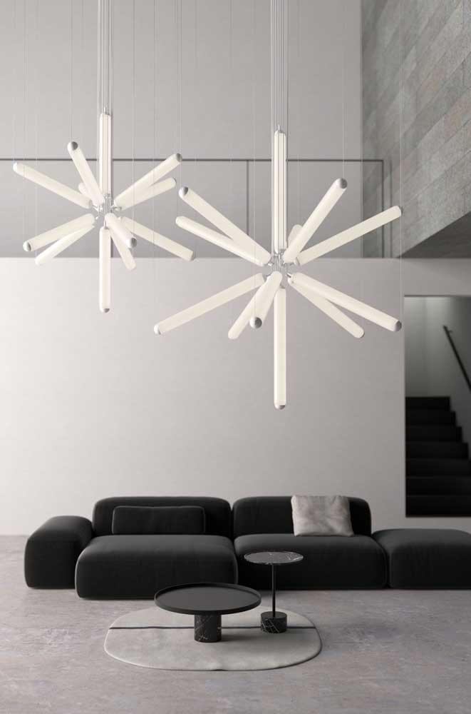 O clássico preto e branco marca presença nessa sala aparecendo ora nas paredes, ora no sofá