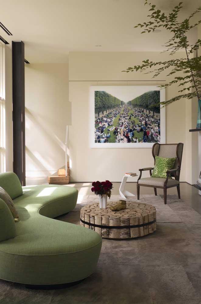 Sofá de linhas curvas, bem contemporâneo, que decora e serve a sala de estar