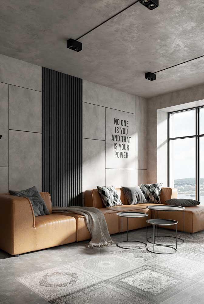 Sofá de couro moderno em tom caramelo; a releitura de um clássico