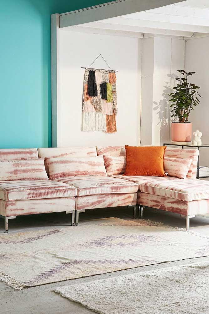 E o que acha desse outro modelo aqui? Sofá moderno rajado em tons de branco e rosa