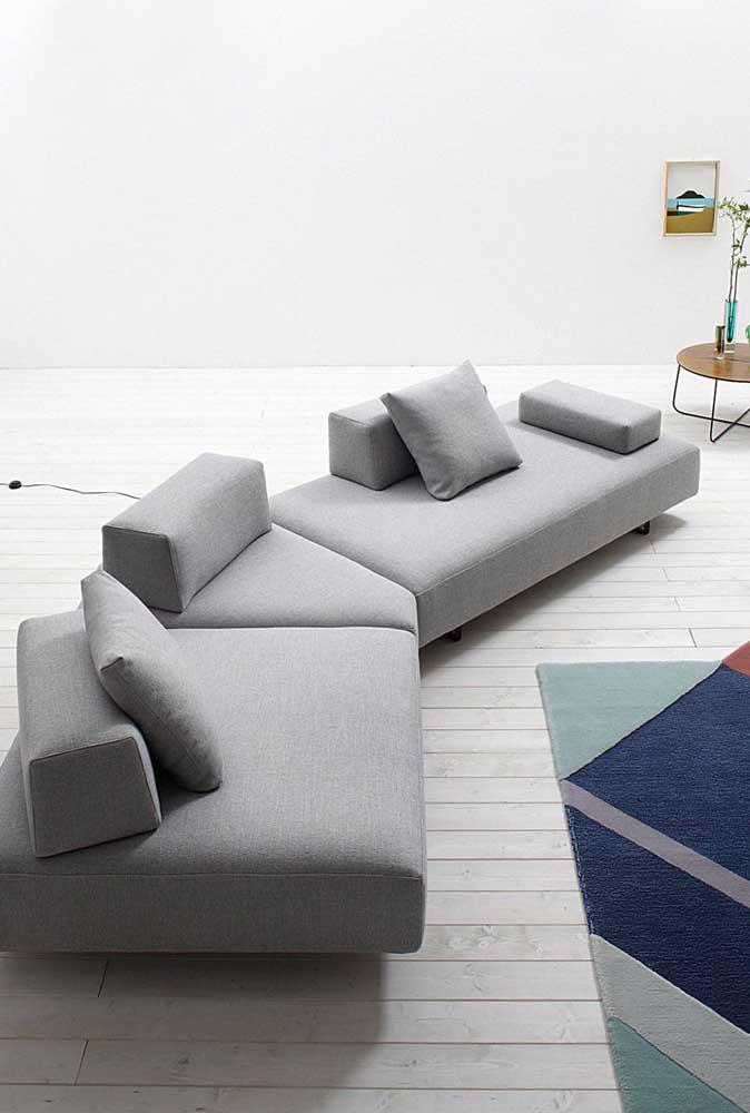 Sofá moderno cinza com número de encostos reduzidos; essa talvez não seja a melhor opção para quem busca um sofá para todos os momentos