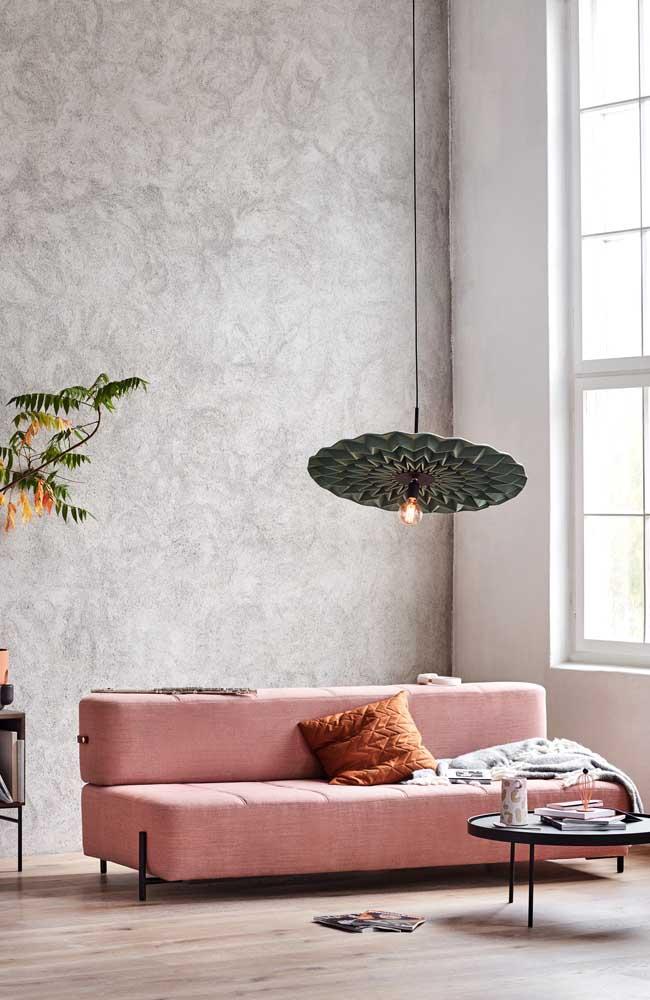 Já aqui, o sofá moderno cor de rosa parece que foi pensado em todos os detalhes para essa sala
