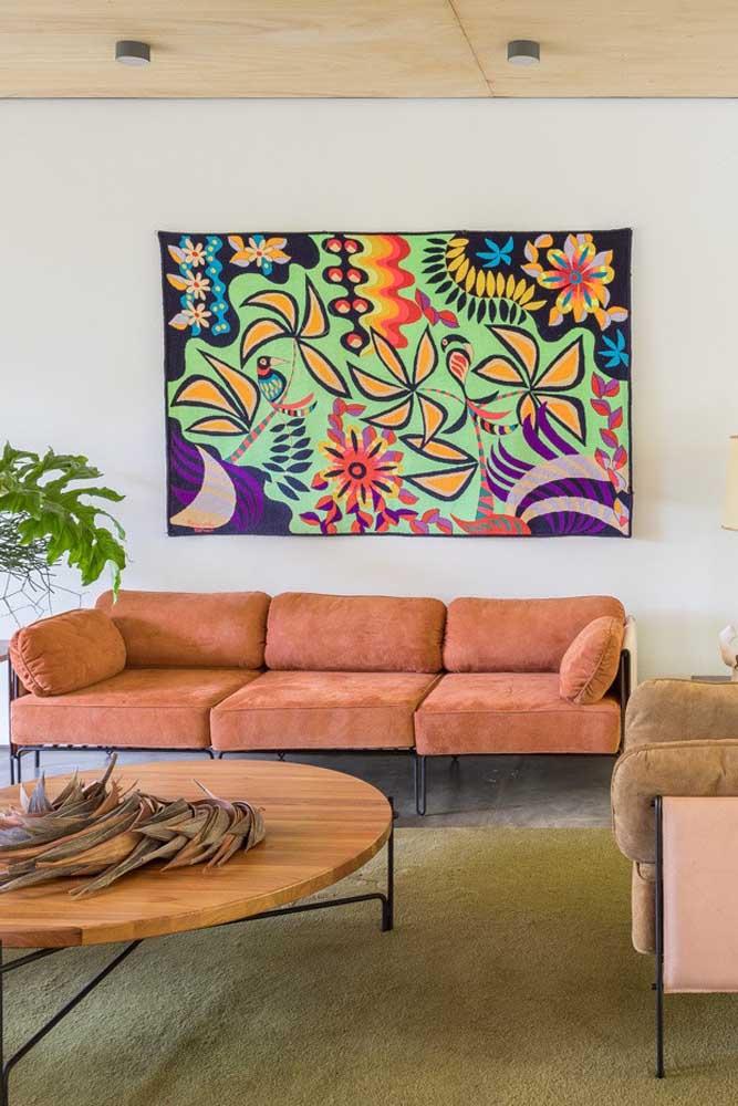 O tecido do sofá ajuda – e muito – a valorizar o conforto e a beleza da peça