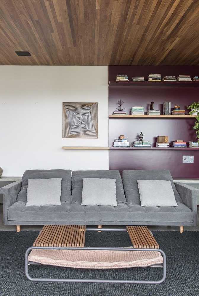 Sofá cinza de veludo reclinável perfeitinho para ser usado na sala de TV
