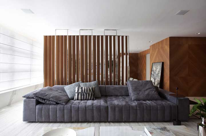 Sofá cinza moderno de gominhos; confortável em todos os sentidos